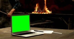 Компьтер-книжка и доска сзажимом для бумаги на таблице 4k акции видеоматериалы