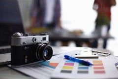 Компьтер-книжка и камера на столе с папкой Стоковая Фотография RF