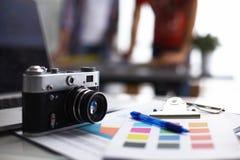 Компьтер-книжка и камера на столе с папкой Стоковое фото RF