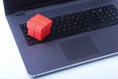 Компьтер-книжка и коробка подарков рождества на белом столе Стоковое Изображение RF