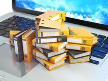 Компьтер-книжка и куча картотеки с связывателями кольца database иллюстрация вектора