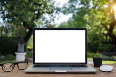 Компьтер-книжка и планшет компьютера на таблице запачкают backgroun Стоковое фото RF