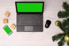 Компьтер-книжка и телефон на настольном компьютере в Новом Годе Стоковая Фотография RF