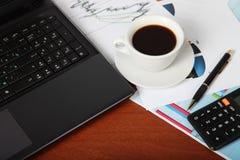 Компьтер-книжка, калькулятор, чашка кофе и скомканная бумага Стоковая Фотография RF