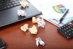 Компьтер-книжка, калькулятор, чашка кофе и скомканная бумага Стоковое Фото