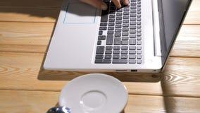 компьтер-книжка клавиатуры Близкая поднимающая вверх съемка человека перечисляя вебсайт используя пусковую площадку следа ноутбук видеоматериал