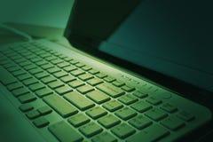 компьтер-книжка клавиатуры владение домашнего ключа принципиальной схемы дела золотистое достигая небо к Селективный фокус тонизи Стоковые Изображения RF