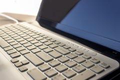 компьтер-книжка клавиатуры владение домашнего ключа принципиальной схемы дела золотистое достигая небо к Селективный фокус Стоковое Изображение RF