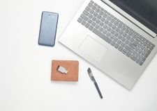 Компьтер-книжка клавиатуры, smartphone, портмоне, ручка, привод вспышки usb на белой предпосылке Концепция работать Взгляд сверху Стоковые Изображения RF