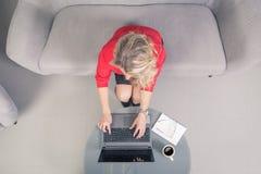 компьтер-книжка коммерсантки используя Верхней части точка зрения вниз Стоковое фото RF