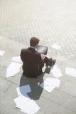 компьтер-книжка компьютера бизнесмена используя Стоковая Фотография