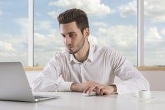 компьтер-книжка компьютера бизнесмена используя Стоковое Фото