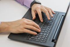 компьтер-книжка компьютера бизнесмена используя Стоковые Фотографии RF