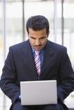 компьтер-книжка компьютера бизнесмена снаружи используя стоковые изображения rf