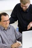 компьтер-книжка компьютера бизнесменов используя Стоковое Фото