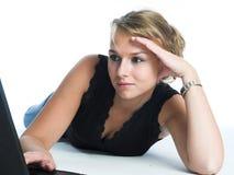компьтер-книжка компьютера используя женщин Стоковые Фото