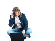 компьтер-книжка компьютера используя женщин Стоковые Фотографии RF