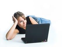 компьтер-книжка компьютера используя женщин Стоковая Фотография RF