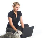 компьтер-книжка компьютера используя женщин Стоковые Изображения RF