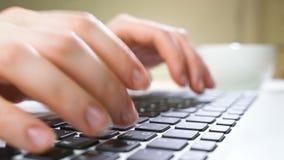 компьтер-книжка компьютера коммерсантки используя Закройте вверх женской руки печатая на клавиатуре компьтер-книжки акции видеоматериалы