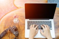 Компьтер-книжка компьютера пользы женщины рук в ресторане Космос взгляд сверху и экземпляра Стоковые Фотографии RF