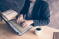 Компьтер-книжка компьютера с кофе книги горячим Стоковая Фотография RF