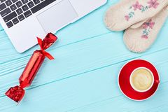 Компьтер-книжка компьютера, handmade mittens, чашка кофе Стоковые Изображения RF