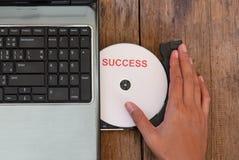 Компьтер-книжка концепции успеха с компактным диском стоковые фотографии rf