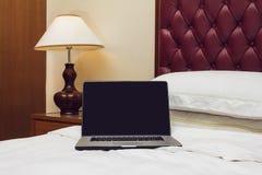 компьтер-книжка кровати Стоковое Фото