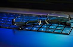 компьтер-книжка клавиатуры eyeglasses Стоковые Фото