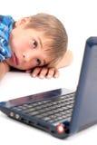 компьтер-книжка малыша смотря молода Стоковое Изображение