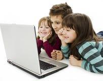 компьтер-книжка малышей компьютера счастливая Стоковое Изображение