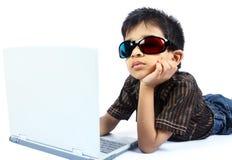 компьтер-книжка мальчика индийская используя Стоковая Фотография RF
