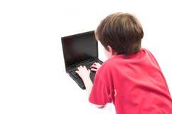 компьтер-книжка мальчика используя Стоковые Фотографии RF