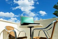 Компьтер-книжка на балконе Стоковая Фотография RF