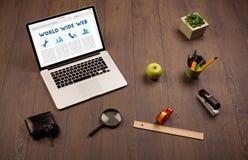 Компьтер-книжка на деревянном столе с suplies офиса Стоковые Фотографии RF