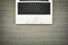 Компьтер-книжка на деревянной таблице, конце вверх на клавиатуре компьтер-книжки Стоковые Изображения RF