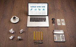 Компьтер-книжка на деревянном столе с suplies офиса Стоковое Изображение RF