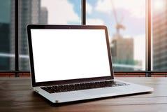 Компьтер-книжка на таблице в комнате офиса, предпосылка красного цвета кирпича, для монтажа графического дисплея Стоковая Фотография RF