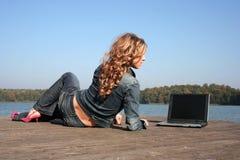 компьтер-книжка озера используя женщину Стоковое Изображение RF