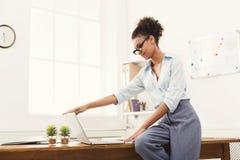 Компьтер-книжка отверстия бизнес-леди на офисе Стоковая Фотография RF