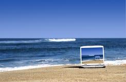 компьтер-книжка пляжа стоковое изображение rf