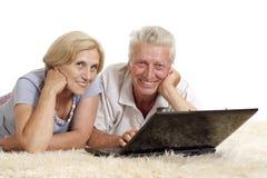 компьтер-книжка пожилых людей пар Стоковое Фото