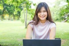 Компьтер-книжка пользы женщин вскользь для дела просматривать интернета Стоковое фото RF