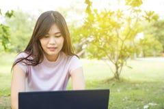 Компьтер-книжка пользы женщин вскользь для дела просматривать интернета Стоковое Изображение RF