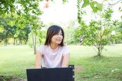 Компьтер-книжка пользы женщин вскользь для дела просматривать интернета Стоковая Фотография
