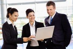компьтер-книжка предпринимателей используя Стоковая Фотография RF