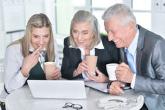 компьтер-книжка предпринимателей используя Стоковые Фото
