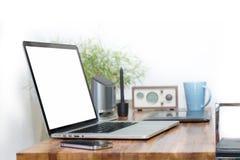 Компьтер-книжка пустого экрана на деревянном столе Стоковое фото RF