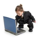 компьтер-книжка ребенка используя детенышей Стоковые Фотографии RF